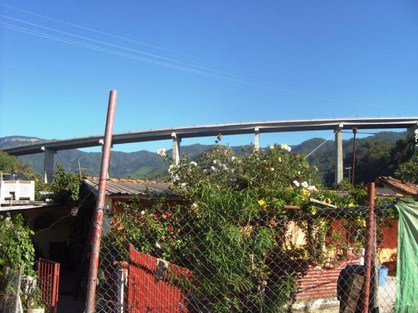 Dorfidyll unter einer der neuen Brücken der Strecke Mazatlán - Durango