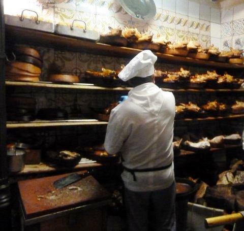 Spanferkel cochinillos asados im Rest. Botín, Madrid