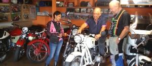 Conrado mit seiner Motorrad-Sammlung croped