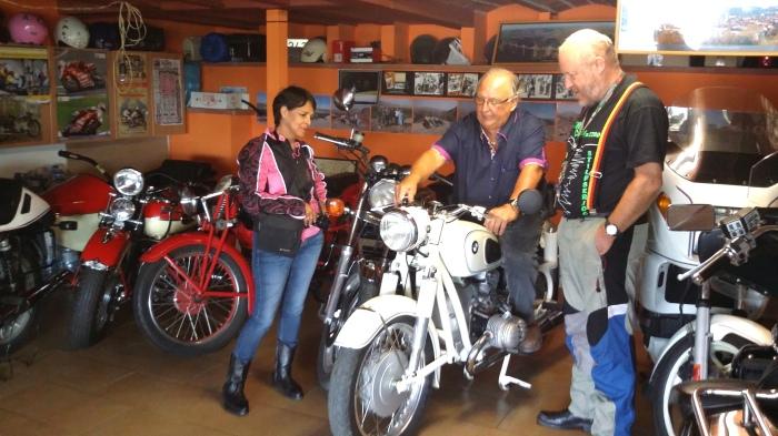 Conrado mit seiner Motorrad-Sammlung