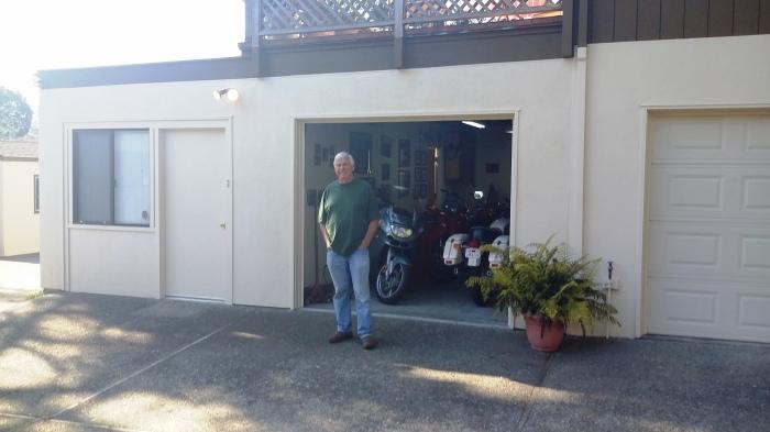 Frank vor seiner Garage
